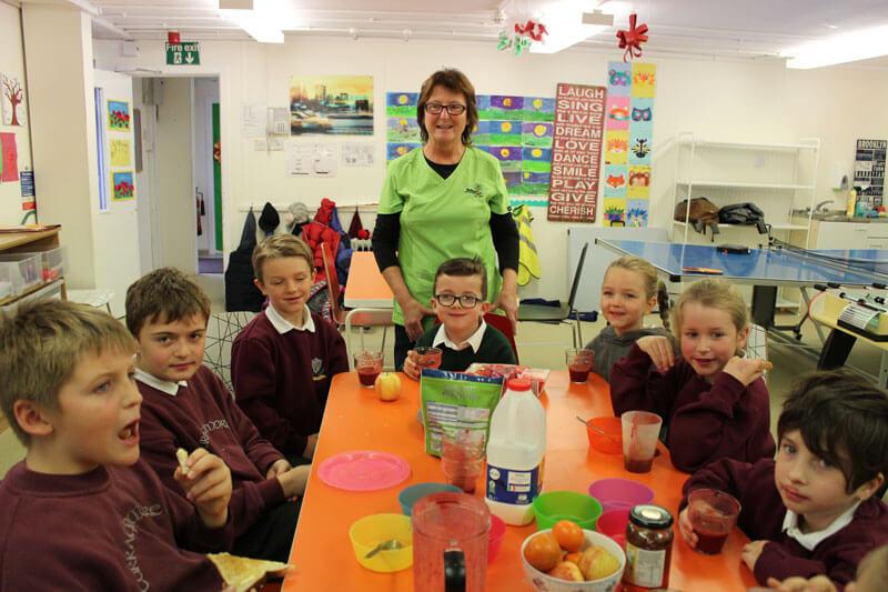 school kids eating breakfast before school
