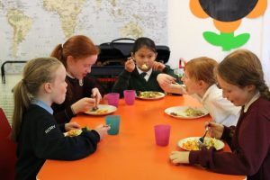 school-kids-eating-dinner